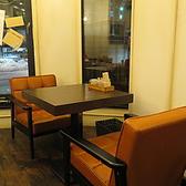 シェフこだわりのオーダーメイドテーブルソファー席。フカフカの椅子でゆっくりお過ごしください