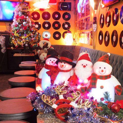 【クリスマスパーティー・イベント】新しく綺麗な店内で飲み放題付コースもなんと2000円~♪イベント・パーティー・オフ会にも◎天井のミラーボールが不思議な異空間を再現します。オフ会等々にもご利用あれ★これからの時期はクリスマスや忘年会で大変込み合うのでしっかりご予約をして頂いてワイワイしてください♪