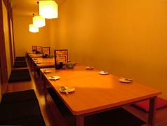周りの目を気にせずに楽しめる個室は、間接照明を活かした大人のプライベート空間を演出します。ごゆっくりご宴会をお楽しみください。