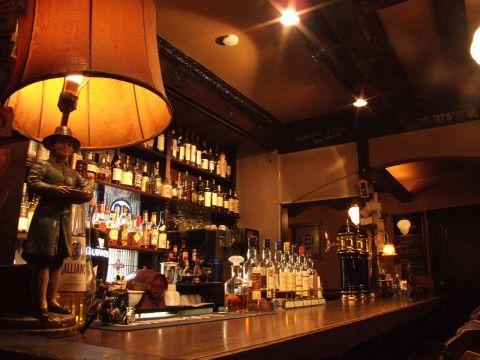 カップルやお1人ならバーカウンターで食事を楽しみながら、お酒のボトルを見ながら会話を楽しんでみては?