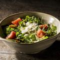 料理メニュー写真トロサーモンとチーズのバジルサラダ