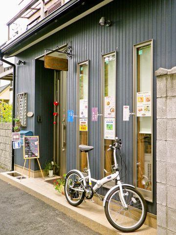 迷い込むのが楽しい路地裏にひっそりと佇む隠れ家的なお店。店先の自転車も目印です。