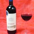 ワインも各種取り揃えております。【レ・ディフェーゼ サッシカイ】フレンチオーク、アメリカンオーク樽にて12カ月の熟成。ドライチェリー、ブラックベリーの豊かな果実味に、なめし皮とタバコの深みのあるニュアンス。