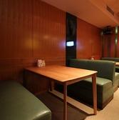 ゆったり座れるソファー席もございます。茶色を基調とした空間に居心地のいいソファー席でリラックスできます。