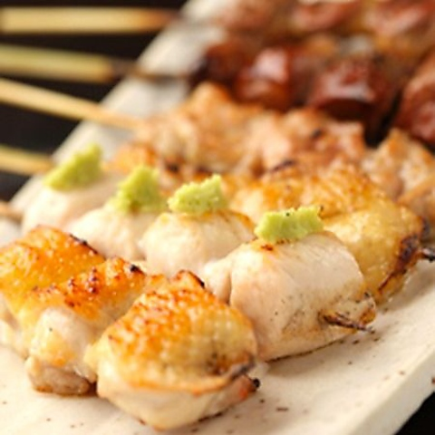 東京軍鶏をはじめとした鶏料理の数々と、炉端焼きなどの居酒屋料理と旨い酒。
