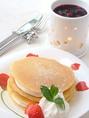 【パンケーキ】温かいミックスベリーのソースで♪濃厚な味に変化するソースをお愉しみください。[アイスクリームのせ+100円]