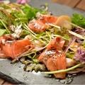料理メニュー写真自家製スモークサーモンのカルパッチョ[Homemade smoked salmon carpaccio]