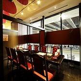 ガラス張りで開放感のあるテーブル席。美味しい中華をゆっくりとお楽しみいただけるお席をご用意しております。 【ディナーは個室中華居酒屋『香香厨房パセオ店』で】
