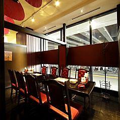 ガラス張りで開放感のあるテーブル席。美味しい中華をゆっくりとお楽しみいただけるお席をご用意しております。 【ディナーは個室中華居酒屋『香香厨房パセオ店』】
