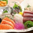 ■真鶴港直送 刺身盛り合わせ■3種 1350円(税込)、5種 1780円(税込)でご提供致いたします。新鮮でおいしい魚は素材をいかしつつ丁寧に調理致しました!その日にしか味わうことのできないお魚もお召し上がりいただけます♪日本酒との相性は最高に抜群ですので是非ご一緒にご堪能下さいませ!鮮魚を使ったお料理は多数あり♪
