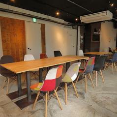 店内には組み合わせ自由の2名様用テーブル席が全部で40卓! イベントやパーティなどの利用シーンに合わせてレイアウトを柔軟に変えることができます。