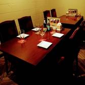中規模の宴会にも最適なテーブル席。炭焼き料理と世界のビールで乾杯!!