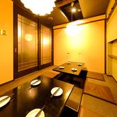 2名様~ご利用可能な個室席をご用意いたしました。和を基調とした、優しく灯る間接照明が印象的な個室席です。雰囲気抜群な素敵個室を多数ご用意しております!デート,女子会,飲み会に◎