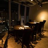 ガラスに面した席は夜景を楽しむのに最適。