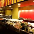 旬な季節の食材がずらりと並ぶオープンキッチンは目でも食材をお楽しみ頂ける当店の醍醐味の一つです。新鮮な魚介を毎日目利きのプロが厳選して入荷している当店が自信をもってご提供するお料理の数々をお楽しみくださいませ♪