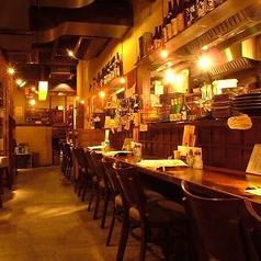 焼きたての焼鳥が食べれる特等席です。落ち着いた雰囲気に中に心地よい活気を感じる店内。デートや2人飲みにピッタリです。