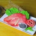 料理メニュー写真名物 大判牛タン (特製ねぎにんにくだれ/塩焼きレモン/うま味塩昆布)