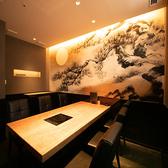2名様から最大6名様までご利用いただけるテーブル席の完全個室。シックなデザインが特徴的な落ち着いた空間が広がっております。ご親戚のお集まりや接待、会食、各種ご宴会にぜひご利用ください。個室ご希望の際はお電話でのご予約がおすすめです。
