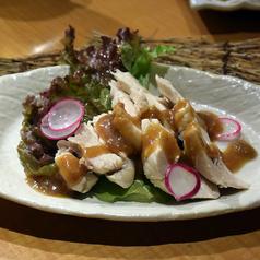 料理メニュー写真蒸鶏のワサビ梅肉ソースがけ