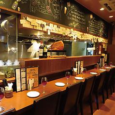 【1階のカウンター席】オープンキッチンのカウンター席はデートやお一人様にもオススメです。