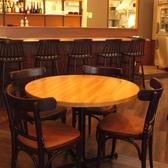 2~4名の丸テーブル。女子会やデートに◎席間もゆったりしていて周りを気にせず話が進む♪