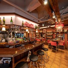 入口には、カウンターハイチェアがございます。気軽に一杯飲みに来てくださるお客様も多く、大変人気のカウンター席です♪当店のウッディで大人な雰囲気を味わいながらお酒をお楽しみいただけます!どうぞお気軽にお越しください♪