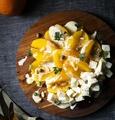 料理メニュー写真モッツァレラチーズとオレンジのチーズサラダ