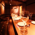 黒を基調としたシックなソファ個室。最大14名様迄のソファ個室は、プライベート感満載なので女子会、合コンetc各種宴会に。赤布で仕切れば6名様ずつの半個室としてもご利用いただけます。