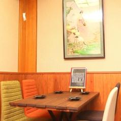 女子会や誕生日などにもお使いいただけるテーブル席です。当店の名物が味わえるコースを各種ご用意しています。