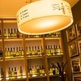 棚にずらりと並ぶワイン★店内にはデイリーワインを中心に世界各国より厳選したワインを常時25種以上豊富に取り揃えております。なかでも有機栽培ブドウに拘った自然派ワインを多くご用意しております。グラスも常時、赤・白・泡を数種類お手頃な値段でご提供致します。お酒も進む多彩なメニューと一緒にご堪能ください!!