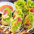 料理メニュー写真鮪とアボガドの生春巻き/羽衣包みのエビマヨサラダ