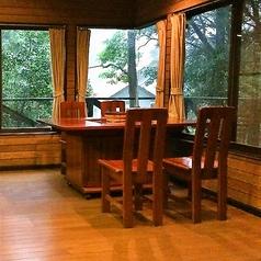 4名様用の席です。気の合う仲間と楽しいひとときをお過ごしください。他に6名用の席もご用意しております。