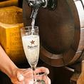 【こぼれ!樽生 スパークリングワイン】樽から直接注ぐので新鮮かつ優しい味わいで食前・食中にもお愉しみ頂けます♪優しい泡の飲みやすいスパークリングワイン。すっきりとした味わいが特徴。乾杯をもっとおいしく!多種多様なワインをはじめ、各種ドリンクも豊富にご用意してます。お好みのお酒を存分にお楽しみ下さい