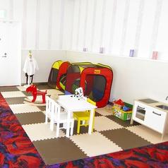 店内にはキッズスペースを設けておりますので、お子様連れやママ会にも最適!駐車場も3Fにございます。是非ご利用ください。