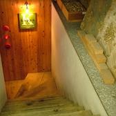 地下をもぐっていくと…隠れ家的な洋食店が!!