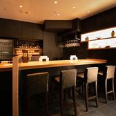 お酒を楽しむ方のためのBarカウンター。黒を基調としたデザインとハイテーブル、ハイチェアが特徴的なオシャレな空間です。お1人様でのご利用にもおすすめ。お酒をメインにゆっくりと過ごしたいときにぜひご利用ください。