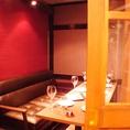 店内奥のソファ個室は、赤布で仕切れば6名様ずつの半個室としてもご利用いただけます。プライベート感満載なので女子会、合コンetc各種宴会に。
