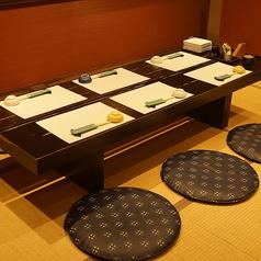 奥のお座敷は6名様用と4名様用のお席をご用意。パーテーションで仕切ると周りを気にせずご利用いただけます。
