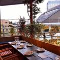 木のあたたかみ感じるテラス席は、心地よい風を感じながら気持ちよくお食事をお楽しみいただけます♪