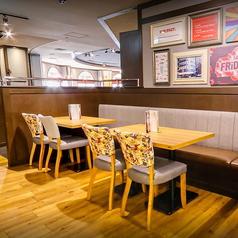 ニューヨーク発祥の本格アメリカンバル「TGIフライデーズ」では、どんなシーンにも利用出来るお洒落なテーブル席を多数ご用意しております。女子会や合コン、各種宴会にぜひご利用ください!