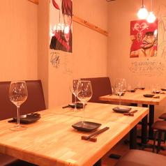 広めのテーブル席はゆっくり仲間とお話をしながらお食事がお楽しみ頂けます!接待や仲間とワイワイするのに最適です◎お席に限りがございますのでご予約はお早目にどうぞ!