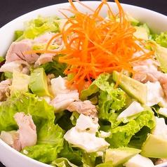 料理メニュー写真蒸し鶏と豆腐とアボガドの胡麻サラダ/新作!合鴨の燻製ジャーキーのサラダ