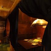 【個室4名】全部カーテンで仕切られている個室です。暖色系の落ち着いた店内。