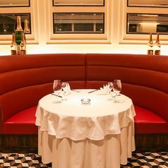 【メインダイニング】カップルに人気のソファ席。テラスを眺めながらゆっくりお食事の時間をお楽しみください。デートにお勧めのディナーコースもございます。