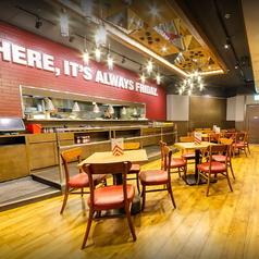 人数に合わせてご利用頂けるテーブル席をご用意しております。日本に居ながらアメリカを体感できる雰囲気抜群の店内で、ボリューム満点アメリカンサイズのお料理を心ゆくままお楽しみ下さい。