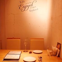 横並びでご案内!おしゃれな空間はデートにもぴったり。美味しいお料理で素敵な時間を演出します。