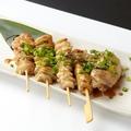 料理メニュー写真焼き鶏盛り合わせ(塩、タレ)  4本