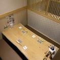 【BOX個室4~6名】ゆったりと座れるボックスのソファ席。(禁煙)暖簾とブラインドで個室空間を演出しております。