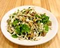 料理メニュー写真ササミとナッツサラダСалат из куриной грудки и грецкими орешками
