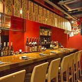 カップルやお二人にぴったりなカウンター席はゆっくり語らうのにぴったりです。お席の前には自慢の焼酎や日本酒が並んでいます。